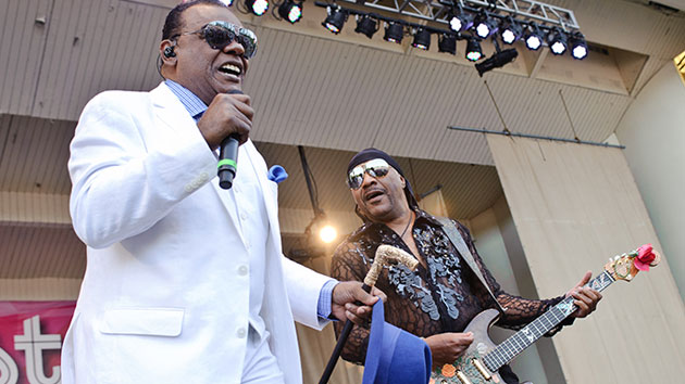 Twitter swoons over Verzuz battle between the Isley Brothers and Earth, Wind & Fire - Music News